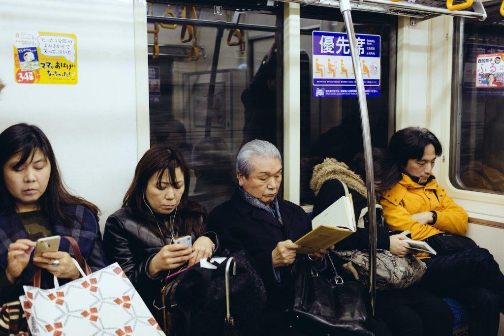 homme qui lit dans le métro